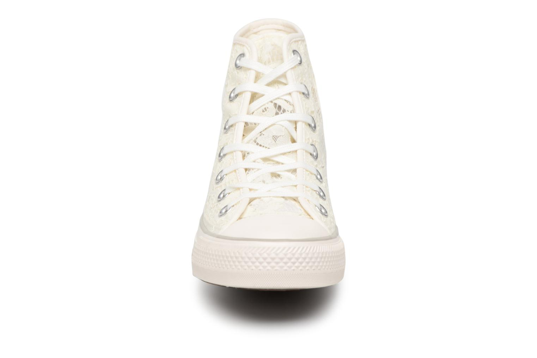 Baskets Converse Chuck Taylor All Star Flower Lace Hi Blanc vue portées chaussures