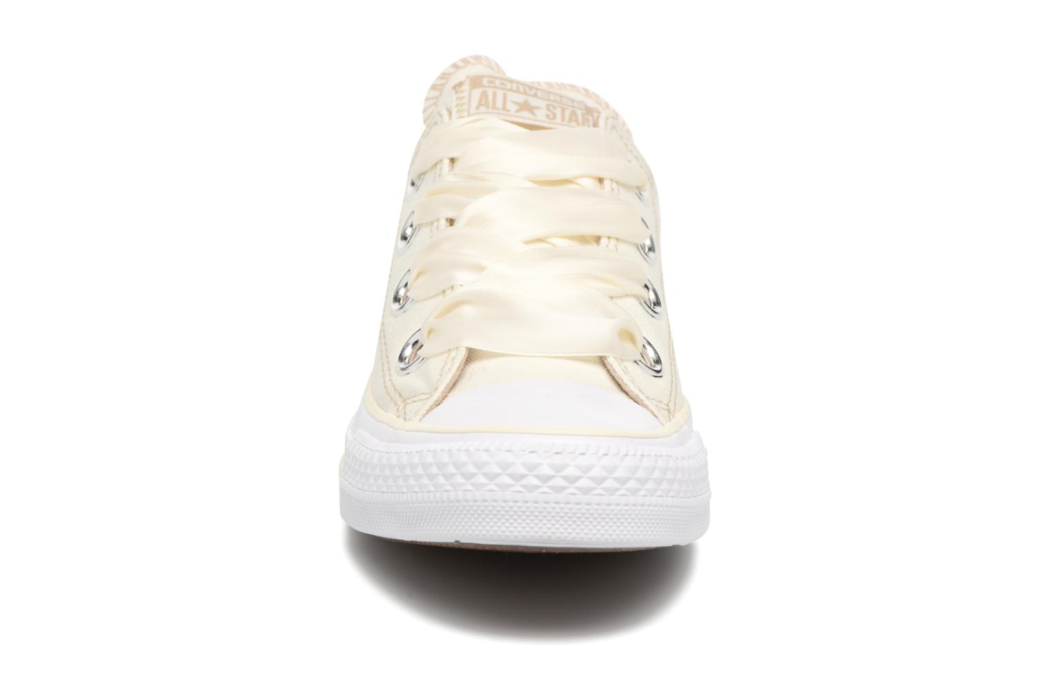 Baskets Converse Chuck Taylor All Star Big Eyelets Pastel Canvas Ox Blanc vue portées chaussures