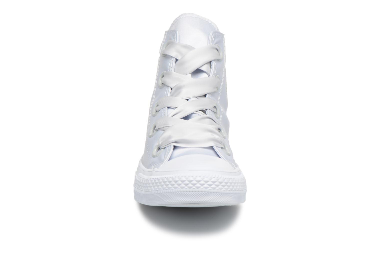 Sneakers Converse Chuck Taylor All Star Big Eyelets Satin Hi Bianco modello indossato