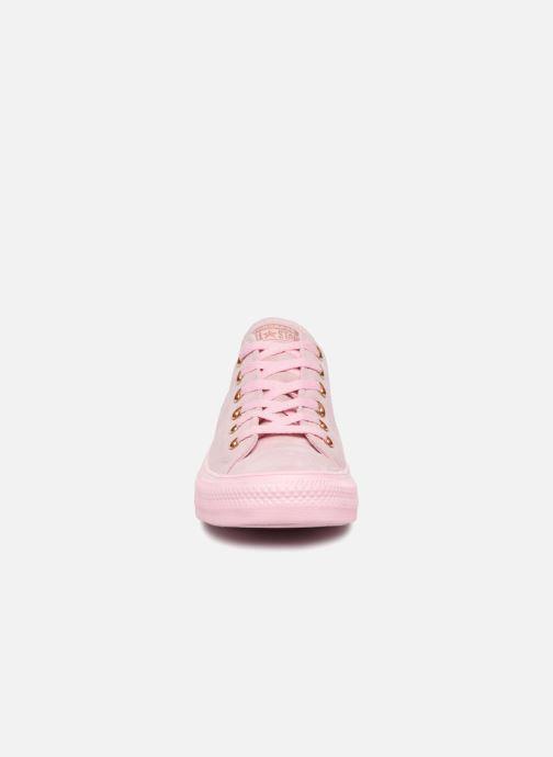 Sneakers Converse Chuck Taylor All Star Tonal P. Suede Ox Rosa modello indossato