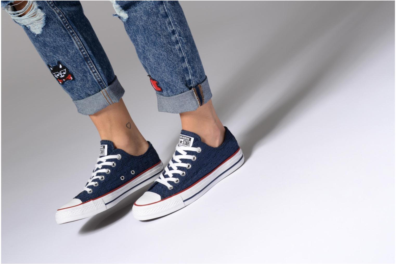 Sneaker Converse Chuck Taylor All Star Ox 555979C grau ansicht von unten / tasche getragen
