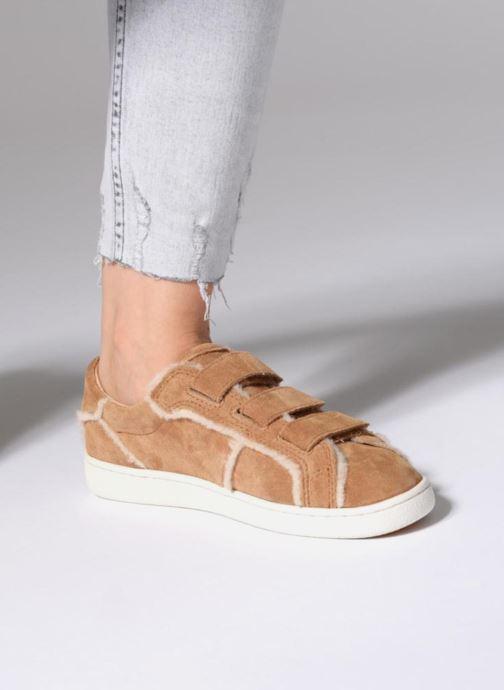 Sneaker UGG Alix Spill Seam braun ansicht von unten / tasche getragen