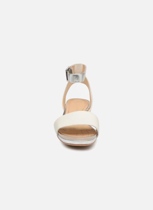 Sandales et nu-pieds Clarks Orabella Rose Blanc vue portées chaussures