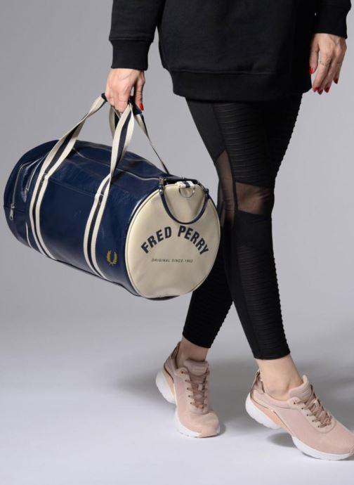 Sporttaschen Fred Perry Classic  Barrel Bag blau ansicht von unten / tasche getragen