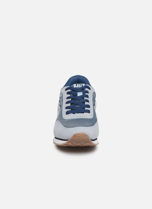 Sneakers MTNG 56406 Azzurro modello indossato