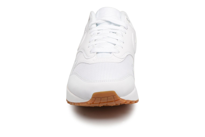 Baskets Nike Nike Air Max 1 Blanc vue portées chaussures