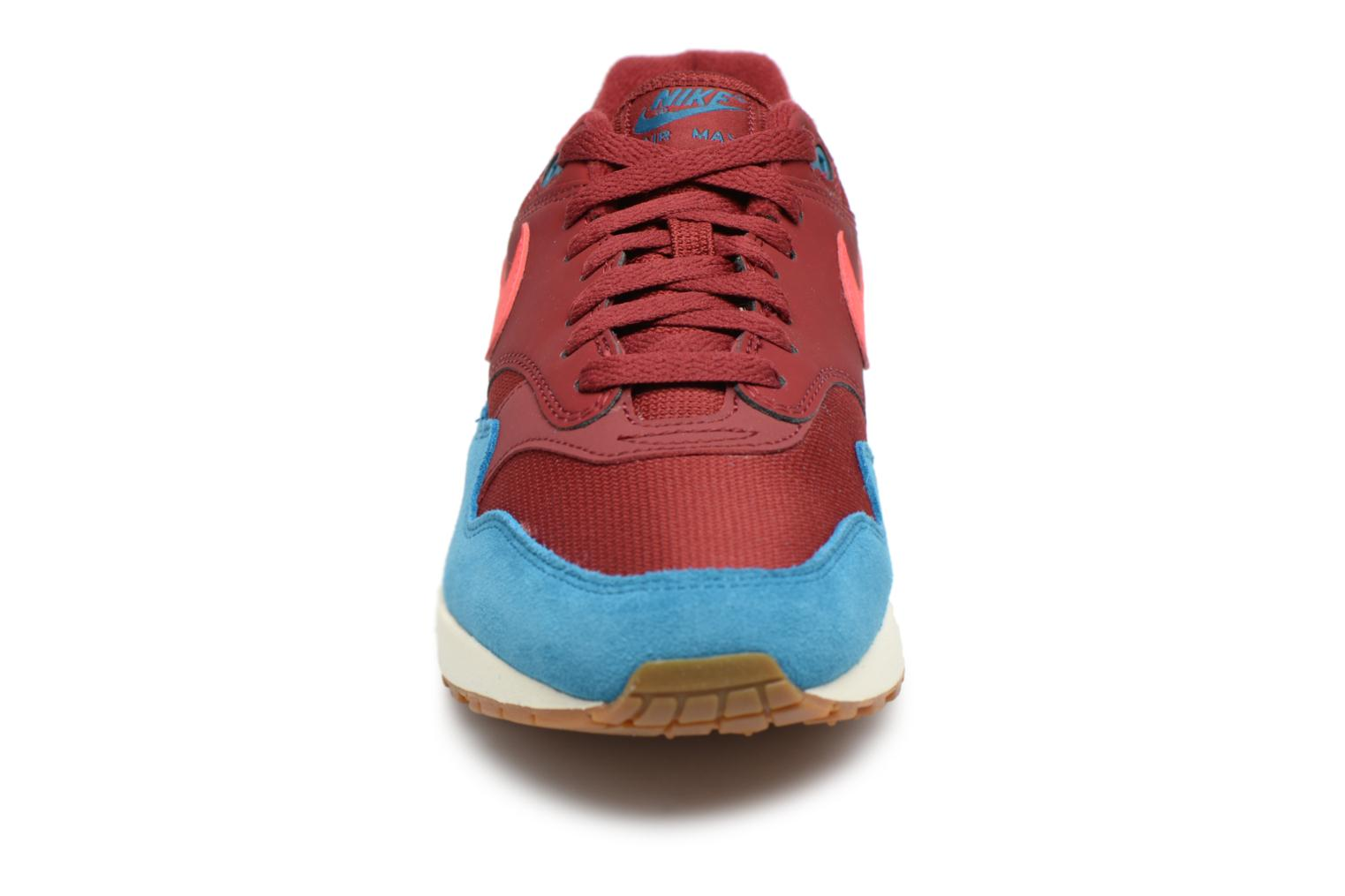 Baskets Nike Nike Air Max 1 Rouge vue portées chaussures