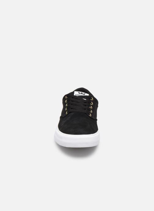 Sneakers Supra CHINO Nero modello indossato