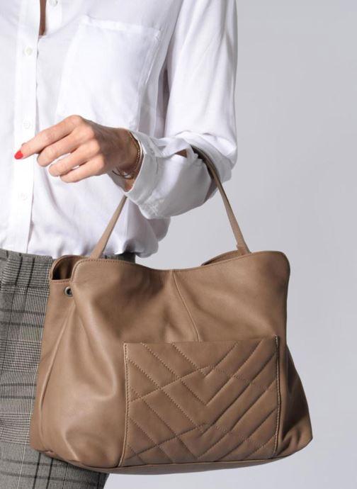 Handtaschen Sabrina Angèle M braun ansicht von unten / tasche getragen