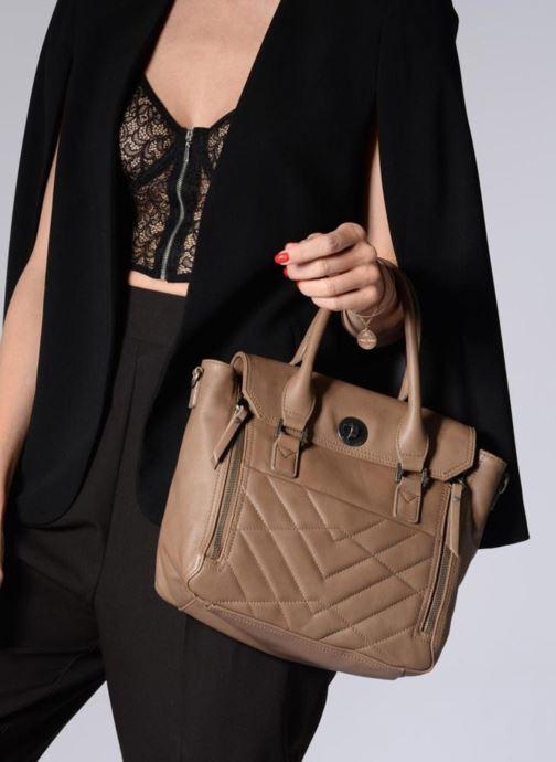Handtaschen Sabrina Charline M braun ansicht von unten / tasche getragen