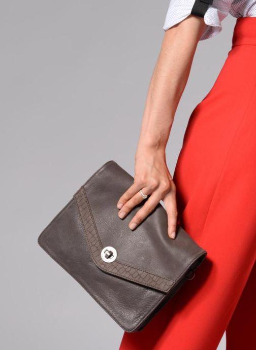 Mini Bags Sabrina Faustine croco grau ansicht von unten / tasche getragen