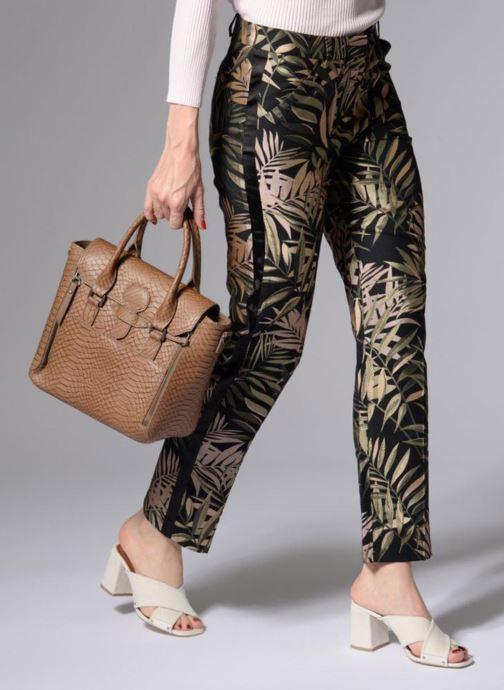 Handtaschen Sabrina Ilona croco braun ansicht von unten / tasche getragen