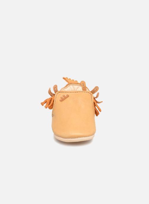 Pantofole Easy Peasy Frangette Marrone modello indossato