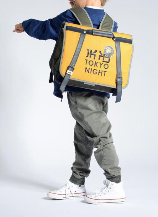 Schulzubehör IKKS Cartable 38cm Backpacker in Tokyo gelb ansicht von unten / tasche getragen