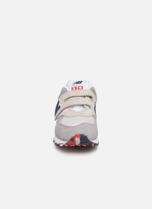Baskets New Balance YV574 Beige vue portées chaussures