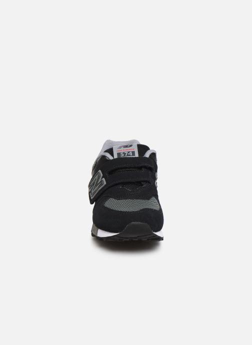 Sneakers New Balance YV574 Nero modello indossato