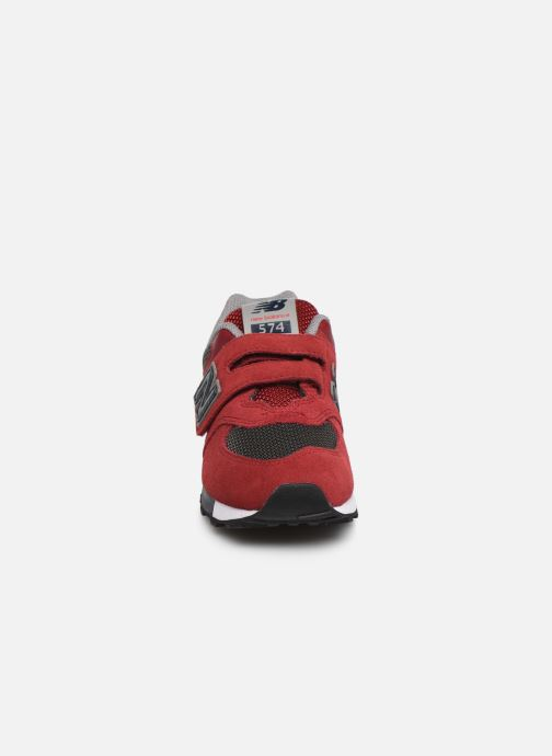 Baskets New Balance YV574 Rouge vue portées chaussures