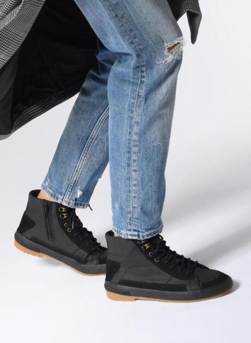 Sneaker TBS Bivouac schwarz ansicht von unten / tasche getragen