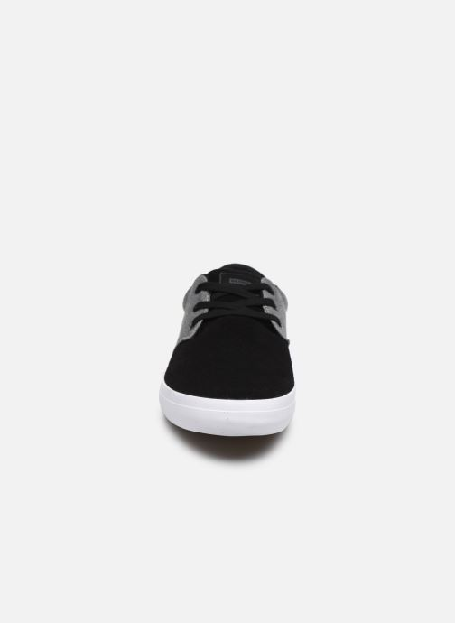 Sneakers Globe Winslow Grigio modello indossato