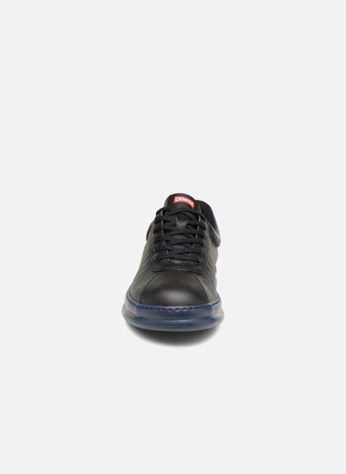 Sneakers Camper Runner Four K100227 Nero modello indossato