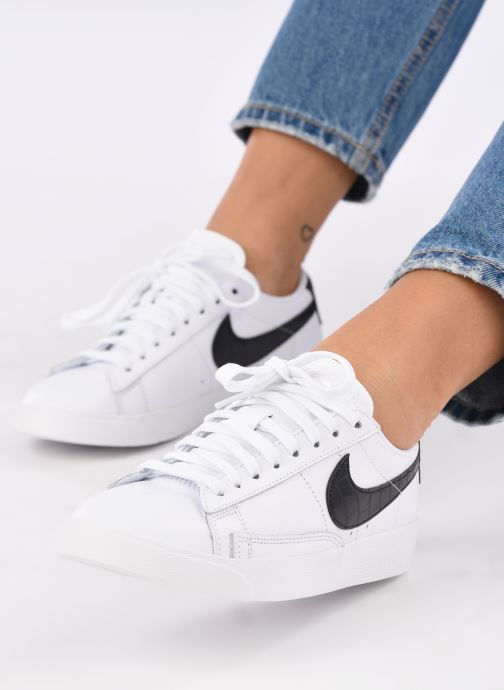 Sneaker Nike W Blazer Low weiß ansicht von unten / tasche getragen