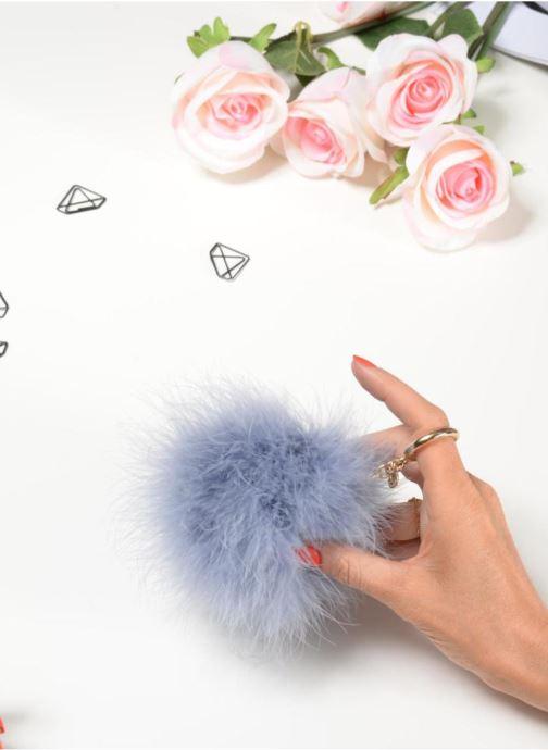 Petite Maroquinerie Michael Michael Kors Charm Fur Pompom Bleu vue bas / vue portée sac