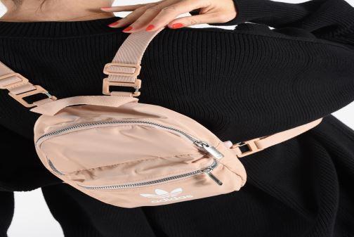 Rucksäcke adidas originals BP MINI schwarz ansicht von unten / tasche getragen