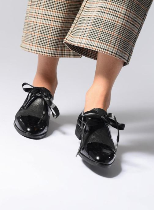 Chaussures à lacets Dorking Vesna 7631 Noir vue bas / vue portée sac