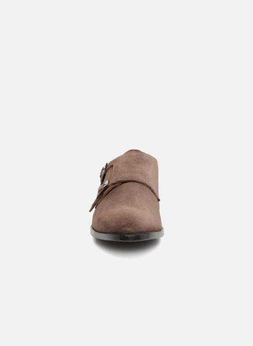 Zapato con hebilla Marvin&Co Nantone Marrón vista del modelo