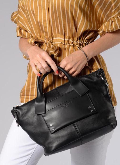 Handtaschen Liebeskind Berlin Satchel M schwarz ansicht von unten / tasche getragen