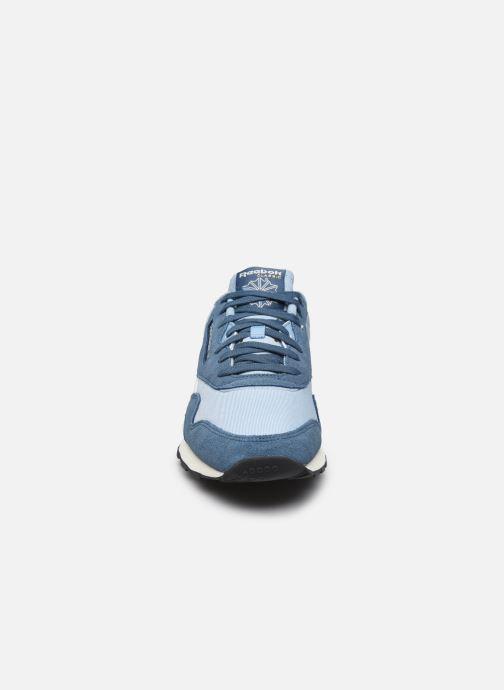 Sneakers Reebok CL NYLON M Azzurro modello indossato