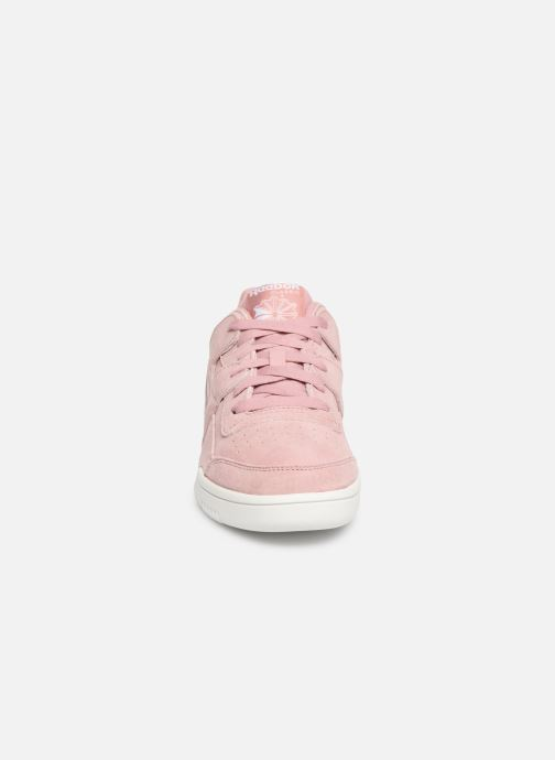 Baskets Reebok WORKOUT LO PLUS Rose vue portées chaussures