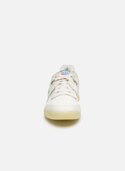 Baskets Reebok WORKOUT LO PLUS Blanc vue portées chaussures