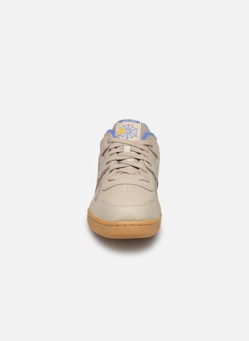 Baskets Reebok Workout Plus Mu Beige vue portées chaussures
