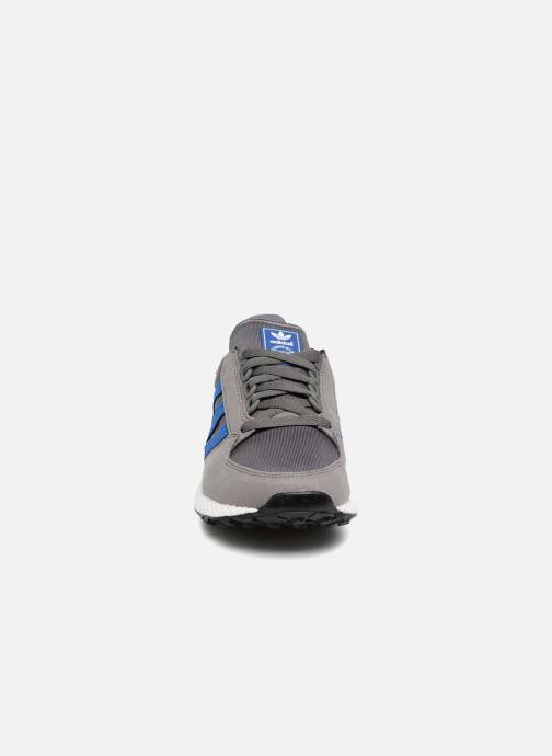 Sneakers adidas originals FOREST GROVE J Grigio modello indossato