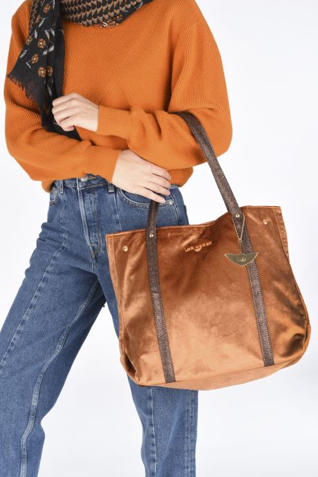 Handbags LPB Woman SHOPPER VELOURS Brown view from underneath / model view