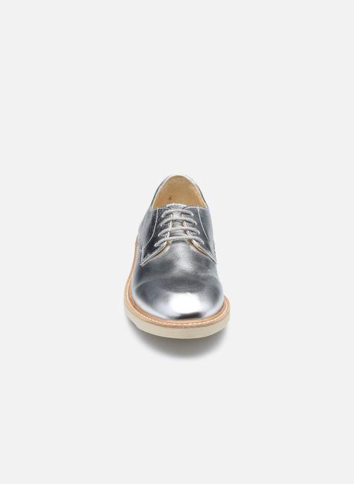 Scarpe con lacci Young Soles Reggie Argento modello indossato