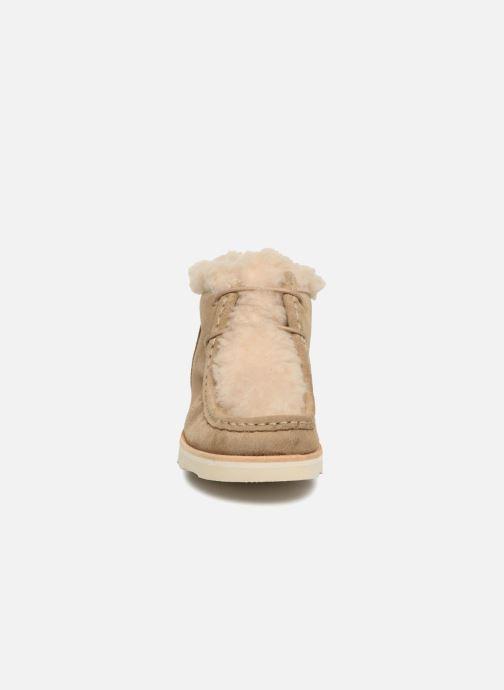 Scarpe con lacci Young Soles Joey Fur Beige modello indossato