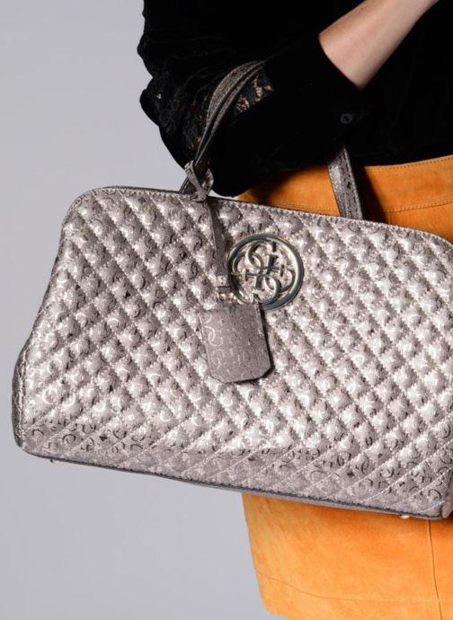 Handtaschen Guess Gioia Girlfriend Satchel silber ansicht von unten / tasche getragen