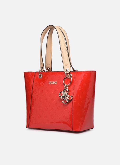 Bolsos de mano Guess Kamryn Tote Rojo vista del modelo