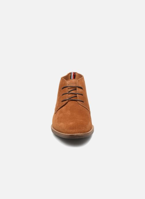 Bottines et boots Tommy Hilfiger ESSENTIAL SUEDE BOOT Marron vue portées chaussures