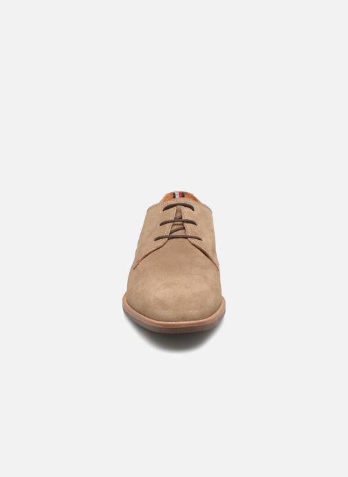 Chaussures à lacets Tommy Hilfiger ESSENTIAL SUEDE LACE UP DERBY Beige vue portées chaussures