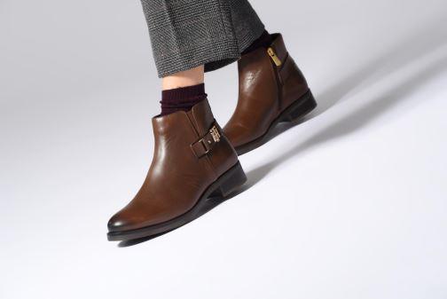 Bottines et boots Tommy Hilfiger TH BUCKLE LEATHER BOOTIE Marron vue bas / vue portée sac