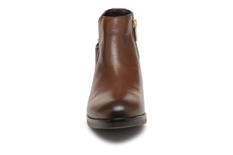 Bottines et boots Tommy Hilfiger TH BUCKLE LEATHER BOOTIE Marron vue portées chaussures