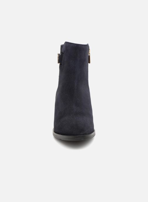 Bottines et boots Tommy Hilfiger TH BUCKLE MID HEEL BOOT SUEDE Bleu vue portées chaussures