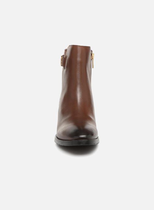Bottines et boots Tommy Hilfiger TH BUCKLE MID HEEL BOOT LEATHER Marron vue portées chaussures