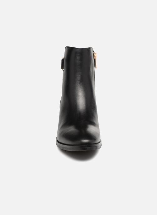 Bottines et boots Tommy Hilfiger TH BUCKLE MID HEEL BOOT LEATHER Noir vue portées chaussures