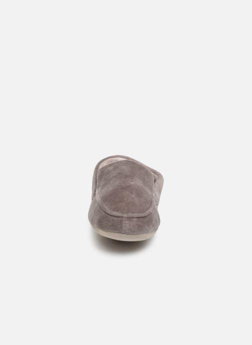 Hausschuhe Isotoner Mocassin velours H grau schuhe getragen