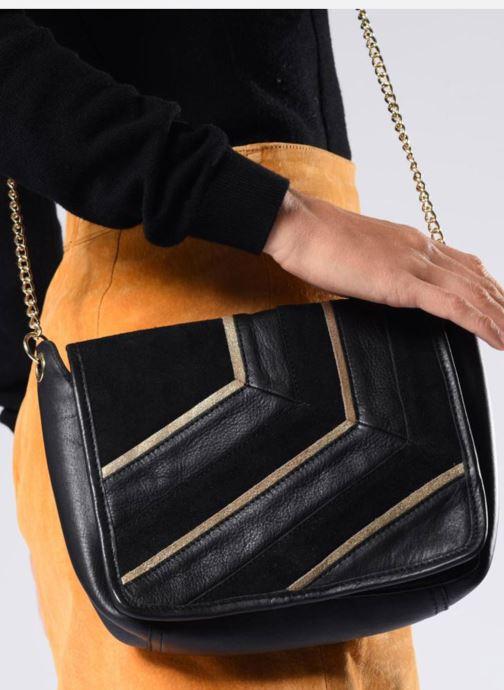 Handtaschen Pieces Krystal Leather Crossbody schwarz ansicht von unten / tasche getragen
