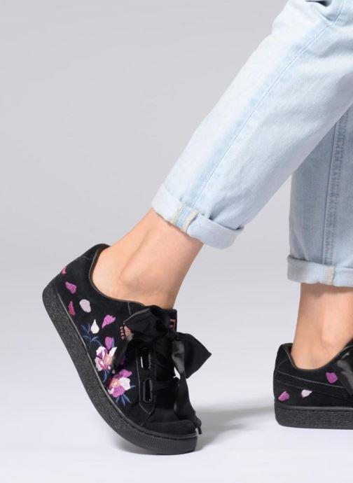 Sneaker Puma Suede Heart Flowery schwarz ansicht von unten / tasche getragen